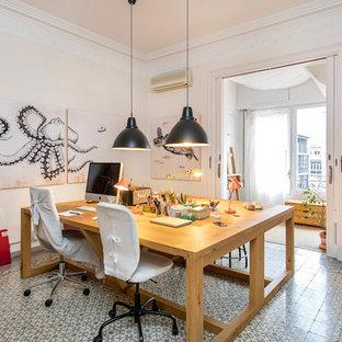 Imagen de sala de manualidades ecléctica, de tamaño medio, sin chimenea, con paredes blancas, suelo de baldosas de cerámica, escritorio independiente y suelo multicolor