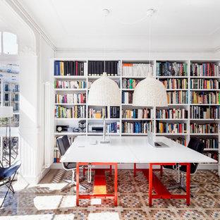 Idéer för ett mellanstort modernt hemmabibliotek, med vita väggar, ett fristående skrivbord och klinkergolv i keramik