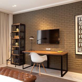 Imagen de despacho industrial, pequeño, sin chimenea, con paredes marrones y escritorio empotrado