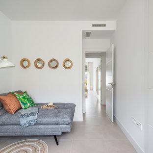 Immagine di un atelier classico di medie dimensioni con pareti bianche, pavimento con piastrelle in ceramica, scrivania autoportante e pavimento grigio