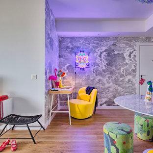 Inspiration pour un bureau bohème de taille moyenne avec un mur blanc, un sol en bois brun et un bureau indépendant.