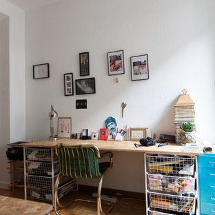 Foto de sala de manualidades vintage, de tamaño medio, sin chimenea, con paredes blancas, suelo de madera clara y escritorio independiente