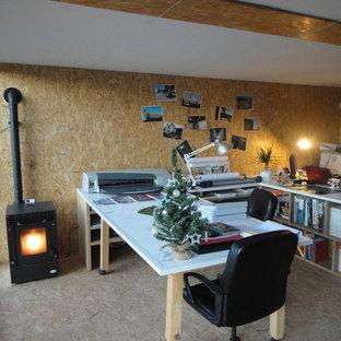 他の地域の中サイズのコンテンポラリースタイルのおしゃれなアトリエ・スタジオ (ベージュの壁、コルクフローリング、薪ストーブ、造り付け机) の写真