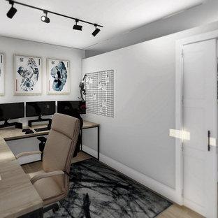 他の地域の広いトランジショナルスタイルのおしゃれなホームオフィス・書斎 (ベージュの壁、ラミネートの床、自立型机、茶色い床) の写真