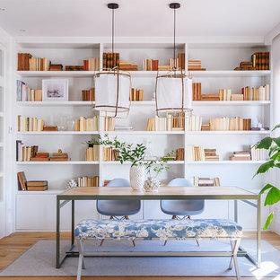 Cette image montre un bureau méditerranéen de taille moyenne avec un mur blanc.