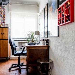 Foto de despacho tradicional renovado, pequeño, sin chimenea, con paredes blancas, suelo de baldosas de terracota y escritorio empotrado