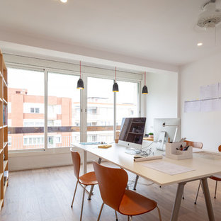 Idées déco pour un grand bureau scandinave avec un mur blanc, un sol en bois brun, aucune cheminée, un bureau indépendant et un sol marron.