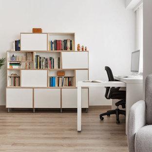 Idée de décoration pour un bureau minimaliste de taille moyenne avec un mur blanc, sol en stratifié, un bureau indépendant et un sol beige.