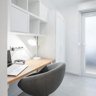 他の地域の小さい北欧スタイルのおしゃれな書斎 (白い壁、セラミックタイルの床、造り付け机) の写真