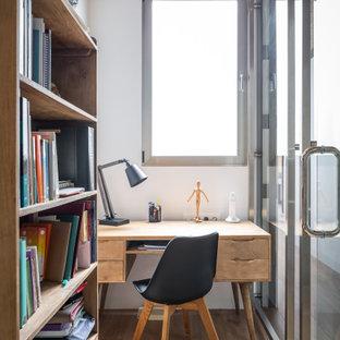 Diseño de despacho contemporáneo, de tamaño medio, con paredes blancas, suelo de madera en tonos medios, escritorio independiente y suelo beige