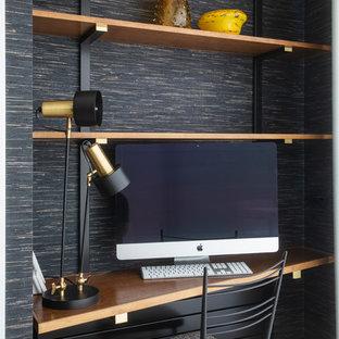 Ejemplo de despacho contemporáneo, pequeño, con paredes negras, escritorio empotrado y suelo de madera clara