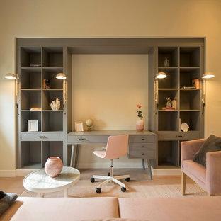 Modelo de despacho clásico renovado, grande, con paredes beige, suelo laminado y suelo beige