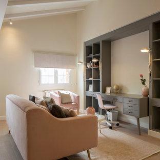 ビルバオの広い北欧スタイルのおしゃれな書斎 (ベージュの壁、ラミネートの床、造り付け机、茶色い床) の写真