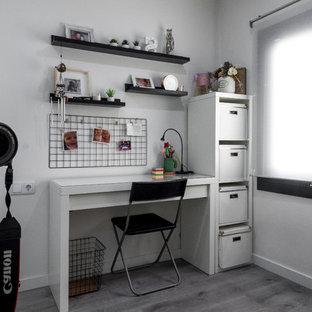バルセロナの小さいモダンスタイルのおしゃれなアトリエ・スタジオ (白い壁、ラミネートの床、自立型机、茶色い床) の写真