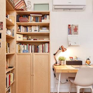 Diseño de despacho escandinavo, pequeño, sin chimenea, con paredes blancas, suelo de madera clara, escritorio independiente y suelo beige