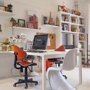 Diseño de despacho ecléctico con paredes blancas, escritorio empotrado y suelo blanco