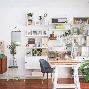 Aménagement d'un petit bureau scandinave avec un mur blanc, un sol en bois foncé, aucune cheminée et un bureau intégré.