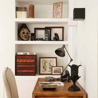 Ejemplo de despacho tradicional con paredes blancas y escritorio independiente