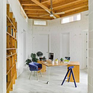 他の地域の中サイズのエクレクティックスタイルのおしゃれな書斎 (白い壁、自立型机、磁器タイルの床、暖炉なし) の写真