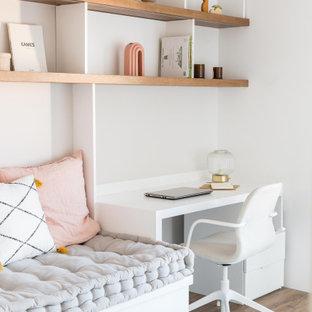 Aménagement d'un grand bureau scandinave avec un mur gris, un sol en bois foncé, un bureau intégré et un sol marron.