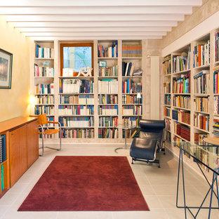 Diseño de despacho bohemio, de tamaño medio, con paredes multicolor y escritorio independiente
