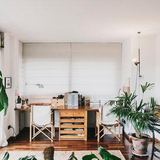 Ispirazione per un ufficio tropicale di medie dimensioni con pareti bianche, parquet scuro, scrivania incassata e pavimento marrone