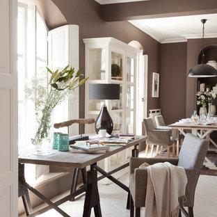 Réalisation d'un bureau tradition de taille moyenne avec un mur beige, un bureau indépendant et un sol blanc.