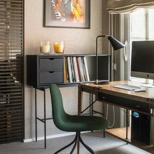 Foto de despacho actual, sin chimenea, con moqueta, suelo gris, paredes beige y escritorio independiente