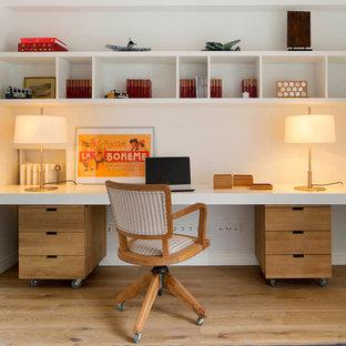 Réalisation d'un bureau vintage de taille moyenne avec un mur blanc, un sol en bois clair, aucune cheminée et un bureau intégré.