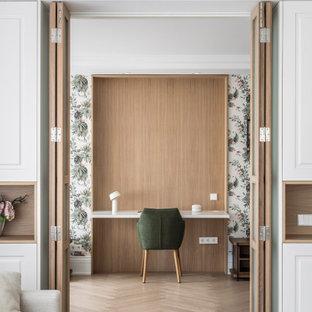 Ispirazione per un grande atelier design con pareti multicolore, pavimento in legno massello medio, scrivania incassata e pavimento beige