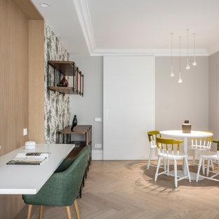 バレンシアの広いコンテンポラリースタイルのおしゃれなアトリエ・スタジオ (マルチカラーの壁、無垢フローリング、造り付け机、ベージュの床) の写真