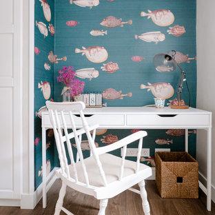 Foto de despacho marinero, pequeño, con paredes multicolor, suelo de madera oscura y escritorio independiente