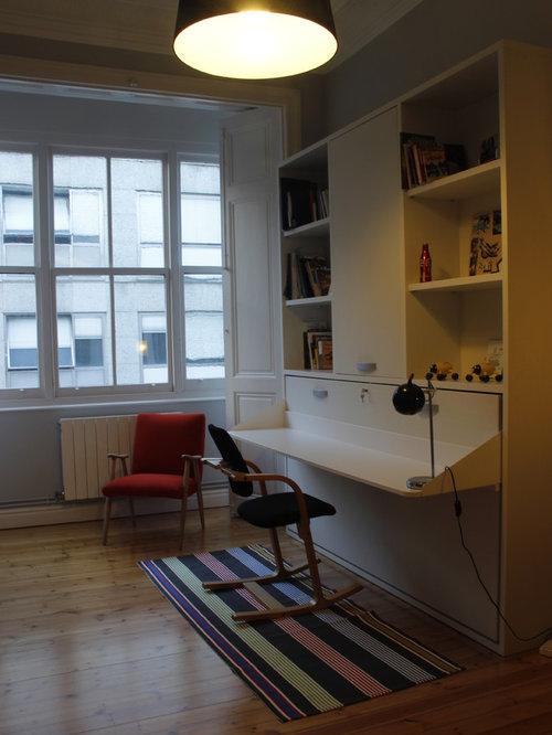 Kleines Klassisches Arbeitszimmer Mit Studio, Weißer Wandfarbe, Hellem  Holzboden, Kamin, Kaminsims Aus
