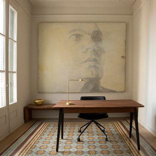 Foto de despacho mediterráneo con paredes beige, escritorio independiente y suelo multicolor