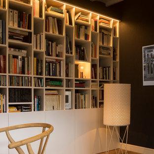 Exemple d'un bureau scandinave de taille moyenne avec un mur blanc, un sol en bois brun, aucune cheminée et un bureau indépendant.