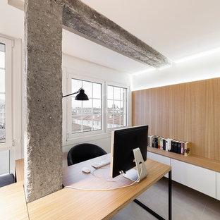Ejemplo de despacho actual, de tamaño medio, con paredes blancas, suelo de baldosas de cerámica y escritorio empotrado