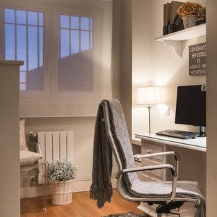 Imagen de despacho tradicional renovado, pequeño, sin chimenea, con paredes beige, suelo de madera en tonos medios, escritorio empotrado y suelo marrón