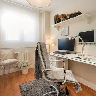 Diseño de despacho clásico renovado, pequeño, sin chimenea, con paredes beige, suelo marrón, suelo de madera en tonos medios y escritorio independiente