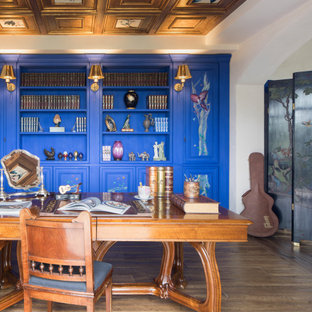 Diseño de despacho mediterráneo, grande, con paredes blancas, suelo de madera en tonos medios, escritorio independiente y suelo beige