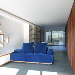 他の地域の広いコンテンポラリースタイルのおしゃれなアトリエ・スタジオ (白い壁、スレートの床、自立型机) の写真