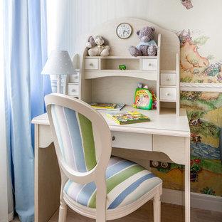 Создайте стильный интерьер: детская в классическом стиле с рабочим местом, разноцветными стенами и светлым паркетным полом для ребенка от 4 до 10 лет, девочек или мальчиков - последний тренд