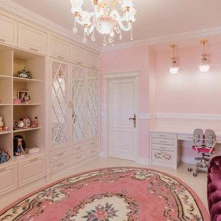 Cette photo montre une grande chambre d'enfant de 4 à 10 ans chic avec un mur rose, un sol en liège et un sol blanc.