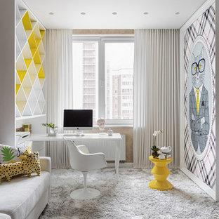 Идея дизайна: детская среднего размера в современном стиле с рабочим местом, бежевыми стенами, ковровым покрытием и белым полом для подростка, девочки
