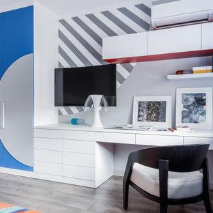 Свежая идея для дизайна: большая нейтральная детская в современном стиле с рабочим местом, паркетным полом среднего тона, многоуровневым потолком, обоями на стенах, разноцветными стенами и серым полом для подростка - отличное фото интерьера