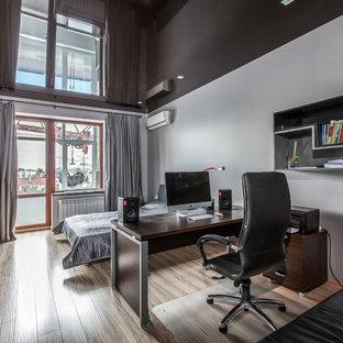 Idées déco pour une chambre d'enfant contemporaine avec un bureau, un mur blanc et un sol en bois clair.