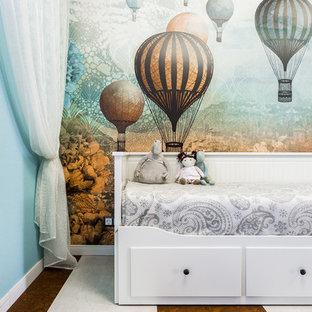 Стильный дизайн: большая нейтральная детская в современном стиле с пробковым полом, коричневым полом, спальным местом и разноцветными стенами - последний тренд