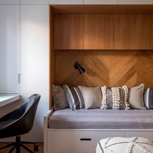 Пример оригинального дизайна: нейтральная детская в современном стиле с спальным местом, коричневым полом и пробковым полом