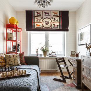 Idéer för att renovera ett vintage pojkrum, med beige väggar, mellanmörkt trägolv och brunt golv