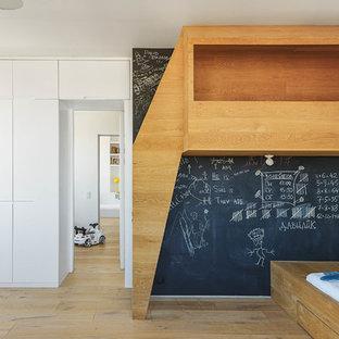 Выдающиеся фото от архитекторов и дизайнеров интерьера: детская в современном стиле с спальным местом, разноцветными стенами и светлым паркетным полом для ребенка от 4 до 10 лет, мальчика