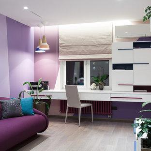 Неиссякаемый источник вдохновения для домашнего уюта: детская в современном стиле с фиолетовыми стенами, светлым паркетным полом, бежевым полом и рабочим местом для подростка